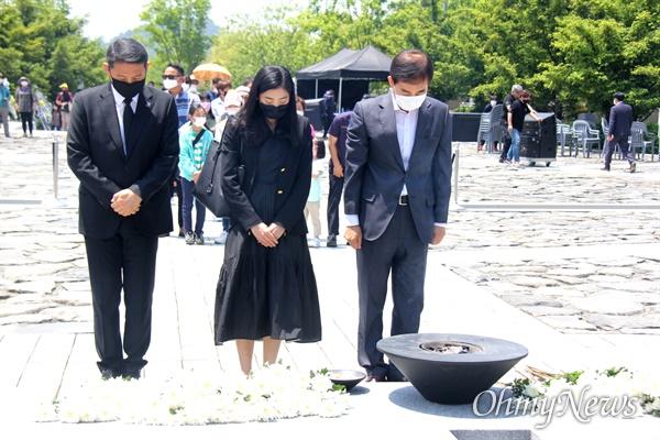 주영훈 전 청와대 경호처장이 23일 오후 김해 봉하마을 고 노무현 전 대통령 묘역을 참배하고 있다.