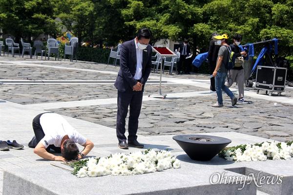 고 노무현 전 대통령 서거 11주기인 23일 오후 봉하마을 묘역에 한 참배객이 큰절을 하고 있다.