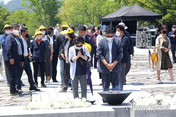 고 노무현 전 대통령 서거 11주기인 23일 오후 봉하마을 묘역에 참배객들이 줄을 서서 참배하고 있다.