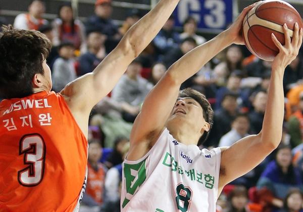 원주 DB와 FA 계약한 김창모(오른쪽)