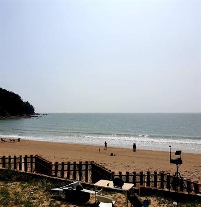 23일 오전 11시경 정체 불명의 보트가 발견된 충남 태안군 소원면 의항리 해변에서 군 무인정찰기가 수색을 준비하고 있다.