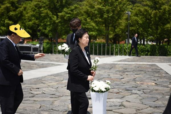 5월 23일 김해 봉하마을 고 노무현 전 대통령 묘역에서 열린 11주기 추도식에서 한명숙 전 국무총리가 참배하고 있다.