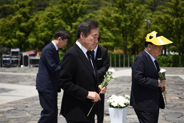 5월 23일 김해 봉하마을 고 노무현 전 대통령 묘역에서 열린 11주기 추도식에서 이낙연 전 국무총리가 참배하고 있다.