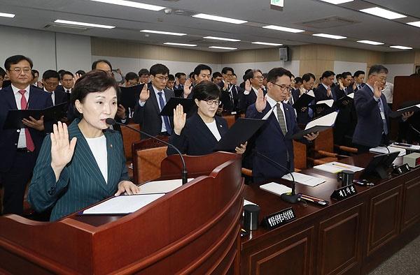 지난 2019년 국정감사에서 증인선서 하고 있는 국토교통부 김현미 장관과 간부들.