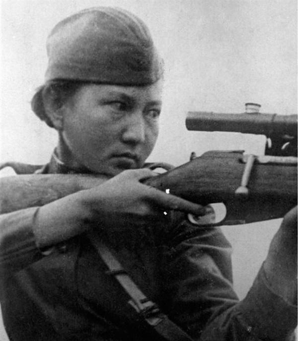 영화 스나이퍼 실제 모델 카자흐스탄 전쟁영웅 알리야 몰다굴로바, 1944년 18세 나이로 전사