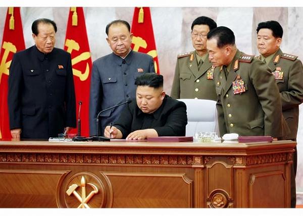 북한은 김정은 국무위원장이 주재한 가운데 당 중앙군사위원회 제7기 제4차 확대회의를 열었다고 북한매체들이 24일 보도했다. 사진은 회의를 주재하며 발언하고 있는 김정은 국무위원장. 2020.5.24
