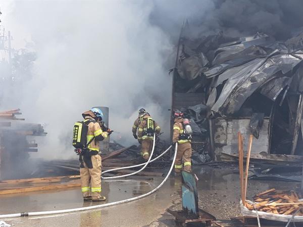 24일 오전 9시 11분경 김해시 상동면 소재 목재가공?폐비닐 재활용 공장에서 화재 발생.