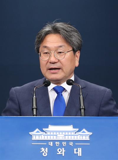 강기정 청와대 정무수석이 24일 청와대에서 오는 28일 예정된 양당 원내대표 초청 오찬에 대해 브리핑을 하고 있다.