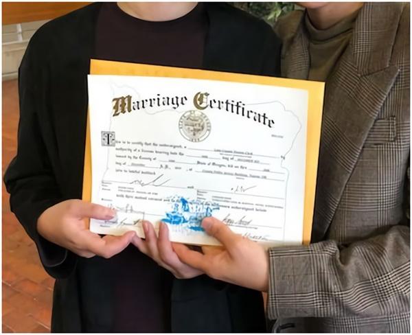 10분 동안 결혼식과 혼인신고를 마치고 발급받은 혼인 증명서.