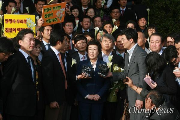 2011년 10월 31일 오후 서울중앙지법에서 열린 '불법정치자금 9억여원 수수 혐의'에 대한 1심 선고에서 무죄를 받은 한명숙 전 총리가 법정을 나와 소감을 밝히고 있다.