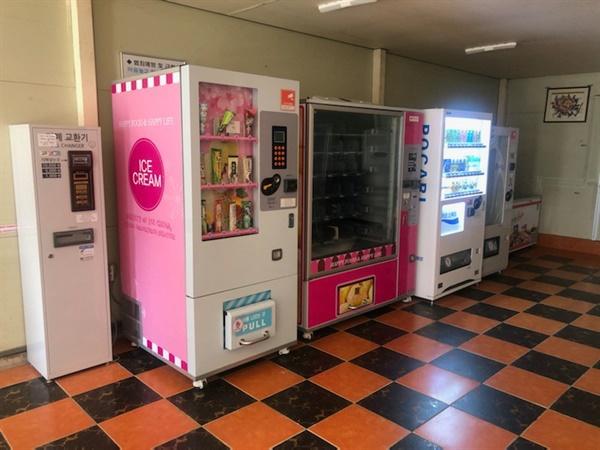"""고등학교 매점에는 """"매점관리원""""이 없고 자판기가 있다."""