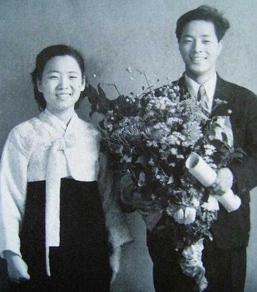 서울대학교 졸업 기념사진, 부인 손명순 여사와 함께.
