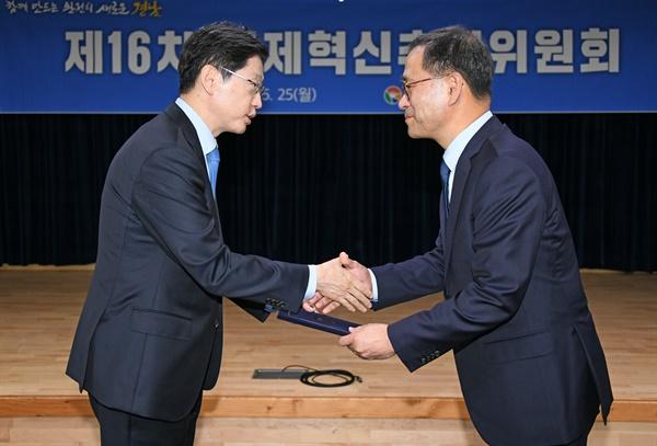 김경수 경남지사가 이찬우 경남도 경제혁신추진위원장한테 임명장을 수여하고 있다.