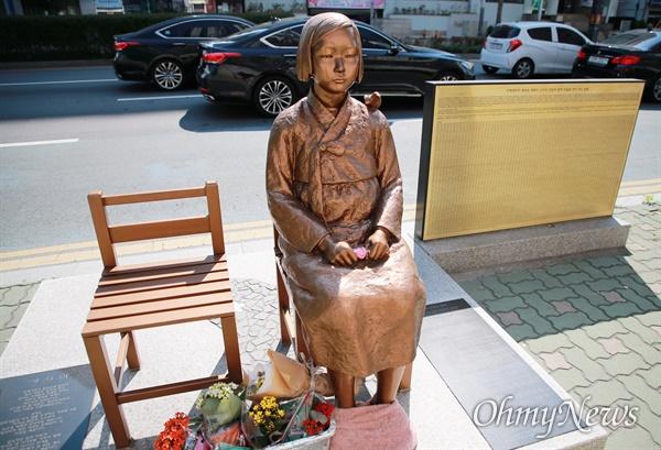 2015년 박근혜 정부의 한일 '위안부' 합의에 반발해 부산시민의 모금으로 일본영사관 앞에 세워진 평화의 소녀상.