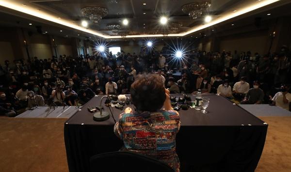 일본군 위안부 피해자 이용수(92) 할머니가 25일 오후 대구 수성구 만촌동 인터불고 호텔에서 기자회견을 하고 있다. 2020.5.25