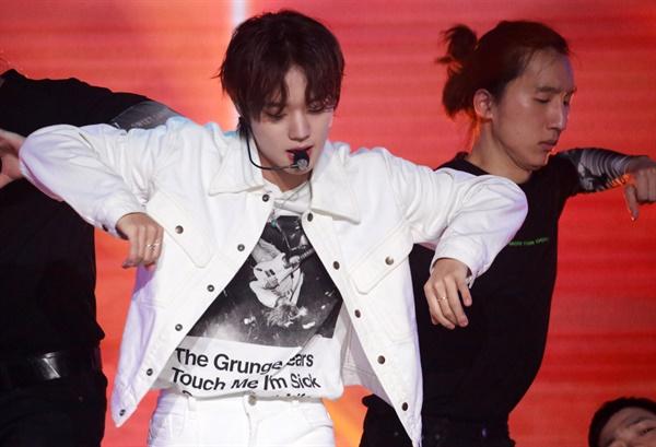 박지훈, 세 번째 미니앨범 'The W' 발표 가수 박지훈이 26일 오후 온라인으로 진행된 3rd 미니앨범 < The W > 발매 기념 온라인 쇼케이스에서 타이틀곡 'Wing(윙)'을 선보이고 있다.