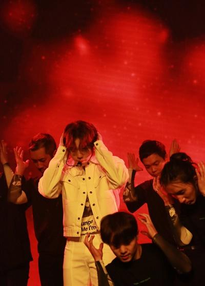 박지훈, 불타는 열정 가수 박지훈이 26일 오후 온라인으로 진행된 3rd 미니앨범 < The W > 발매 기념 온라인 쇼케이스에서 타이틀곡 'Wing(윙)'을 선보이고 있다.