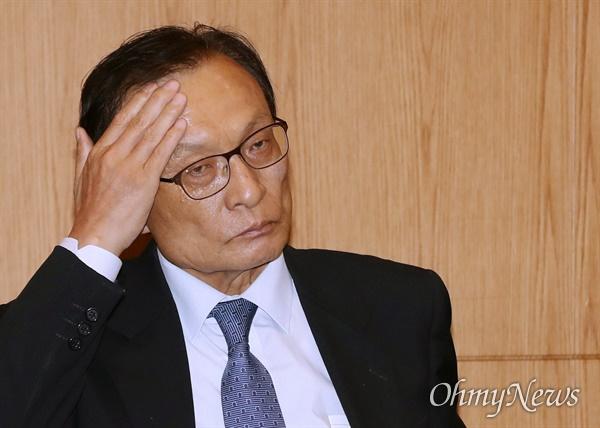 더불어민주당 이해찬 대표가 27일 오전 서울 양재동 더케이호텔에서 열린 최고위원회의에서 생각에 잠겨 있다.