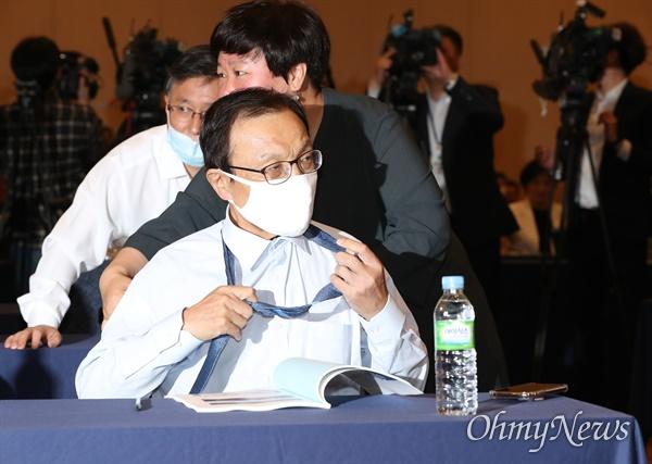 더불어민주당 이해찬 대표가 27일 오전 서울 양재동 더케이호텔에서 열린 더불어민주당 제21대 국회의원 당선인 워크숍에서 넥타이를 풀고 있다.