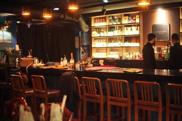 골드레이블 한국 유일의 마술바인 골드레이블에선 손님들 눈앞에서 마술사 바텐더들이 다양한 마술을 선보인다.