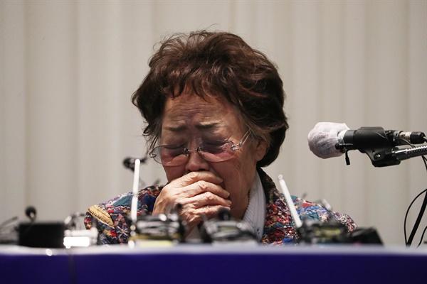 일본군 위안부 피해자 이용수(92) 할머니가 25일 오후 대구 수성구 만촌동 인터불고 호텔에서 기자회견을 하던 중 여러 감정이 북받쳐 오르며 잠시 말을 잇지 못하고 있다.
