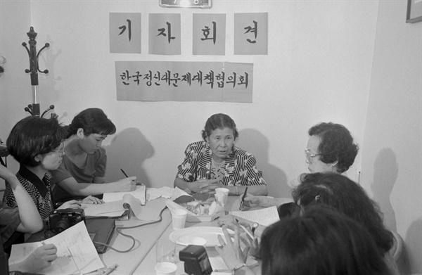 1991년 8월 14일 자신이 일제시대에 정신대였다고 증언하는 김학순 할머니.