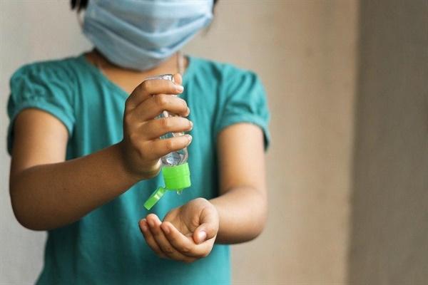 코로나19 상황에서 정부는 긴급보육을 실시했다. 보육교사들은 정부 지침대로 어린이들의 손 씻기와 마스크 착용을 지도하고 있고 열 체크도 하며 방역에 힘쓰지만, 추가된 업무로 인해 노동강도가 강해진것을 체감하고 있다. (사진무관)
