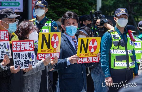 더불어시민당 공동대표 출신 최배근 교수(가운데)가 27일 오후 서울 종로구 옛 일본대사관 앞에서 열린 제1441차 일본군 성노예제 문제해결을 위한 정기수요시위에 참석하고 있다.
