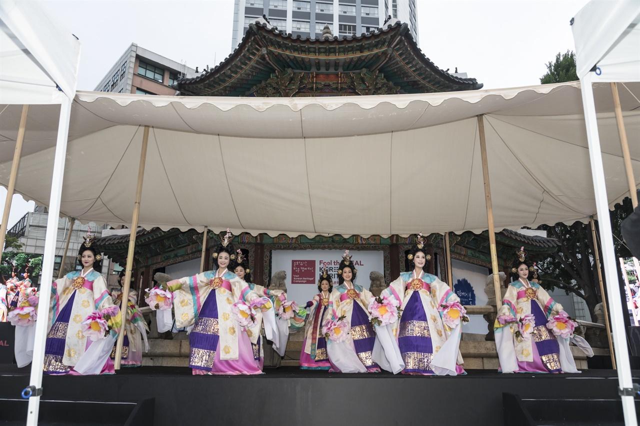 '석고를 깨워 문화유산의 길을 밝혀라'를 테마로 공연을 펼치는 한국의집 예술단