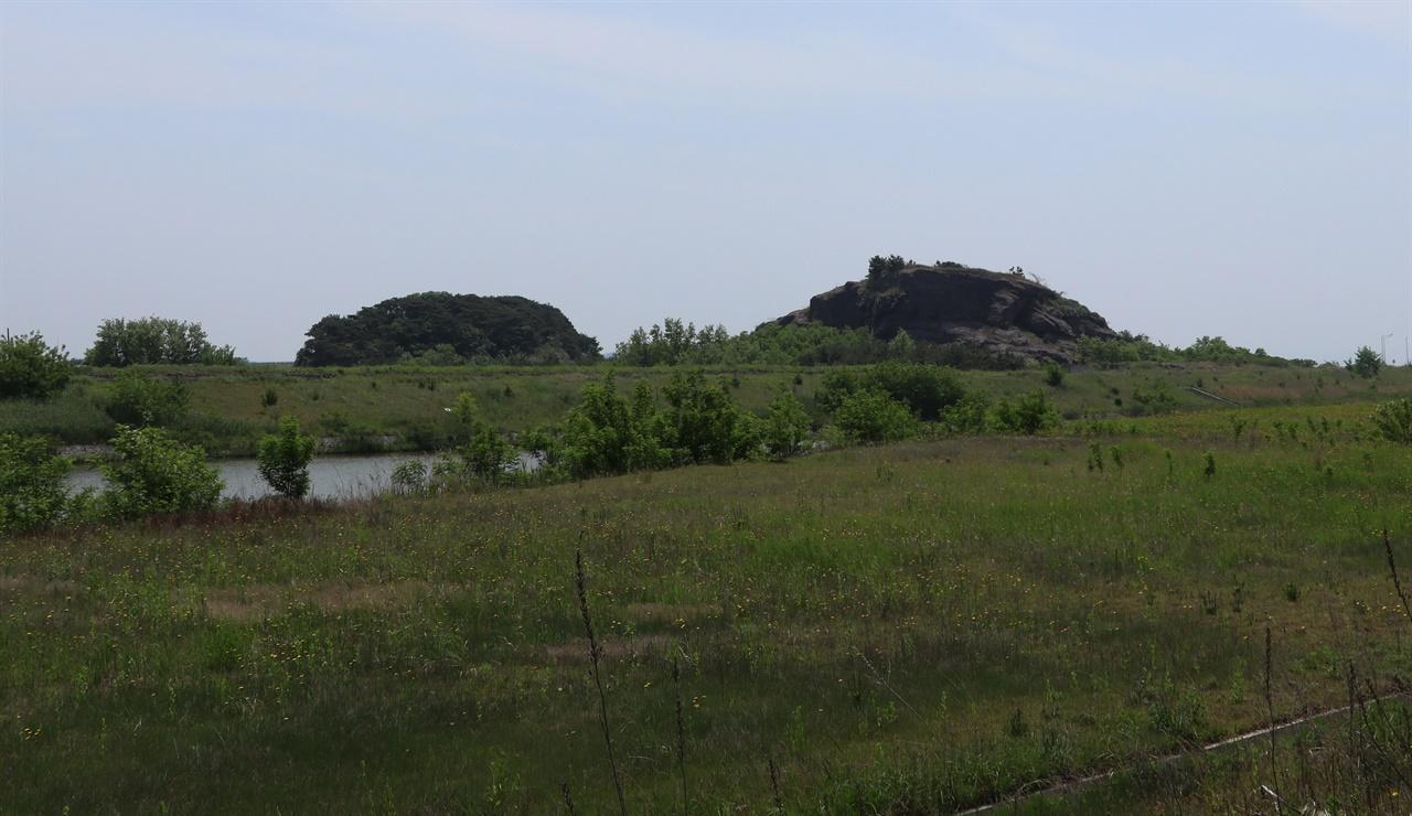 바위가 깨져 '깟진바우'라고도 하고 '알메산'으로도 불리는 하제마을 난산