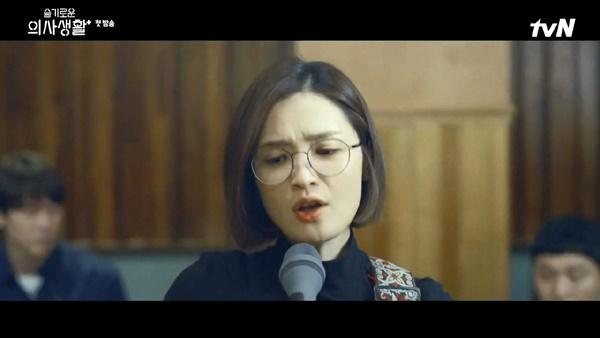 실제로는 OST에도 참여할 만큼 뛰어난 노래 실력을 가진 전미도는 <슬의생>에서 음치를 '연기'했다.