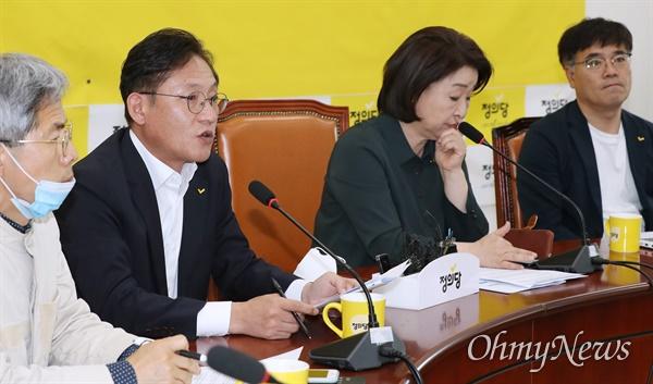 정의당 배진교 원내대표가 28일 오전 서울 여의도 국회에서 열린 상무위원회에서 모두발언을 하고 있다. 맨 오른쪽이 김종민 부대표.
