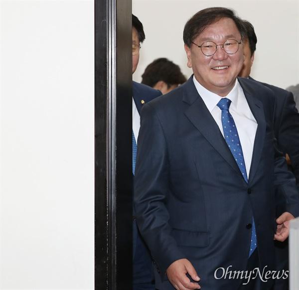 더불어민주당 김태년 원내대표가 28일 오전 서울 여의도 국회에서 원내대책회의를 주재하기 위해 들어서고 있다.