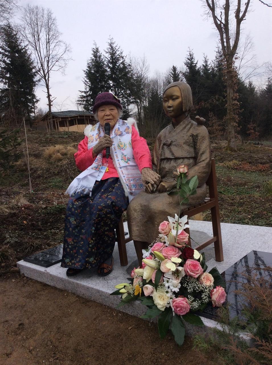 독일 비젠트시 네팔 히말라야 공원에 세워진 소녀상 개막식의 안점순 할머니 현재 독일에는 비젠트시 네팔 히말라야 공원과 프랑크푸르트 라인마인 한인 교회에 소녀상이 설립되어있다. 작년 최초로 독일 역사교과서에 일본군 위안부 문제가 언급되며 독일 최초 '평화의 소녀상 사진'도 함께 실렸다.