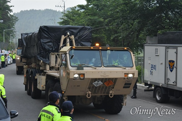 국방부와 주한미군은 29일 오전 4시 15분께 경북 성주군 초전면 소성리 사드기지에 사드 장비와 공사 장비 등을 반입했다.
