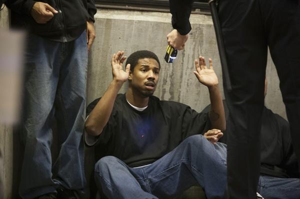 오스카는 지하철에서 백인 건달과 시비가 붙는다. 그런데 경찰은 백인은 그냥 두고 오스카만 체포한다. 오스카가 항의하자 경찰은 총을 발사한다.