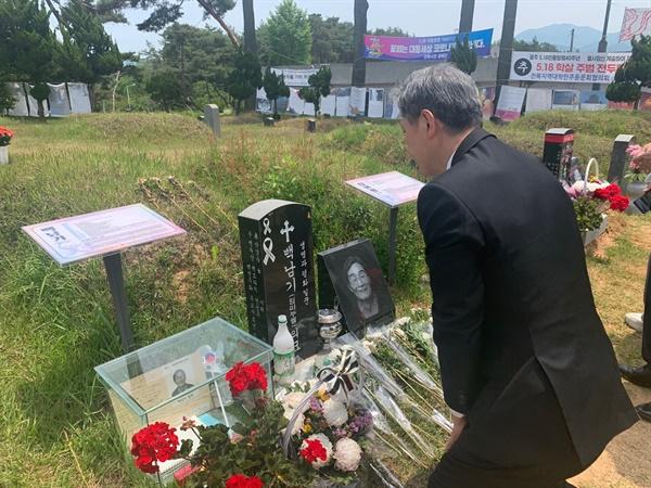 노태우 전 대통령 아들 노재헌씨가 5.18 국립묘지에 들러 방명록에 서명. 이날 노씨는 노태우 전 대통령 이름으로 헌화했다.
