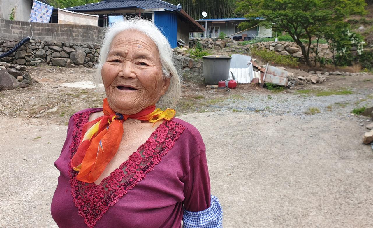 화순 증동마을에서 만난 윤명임 할머니. 장흥에서 시집 왔다는 할머니는 증동마을의 산증인이다.