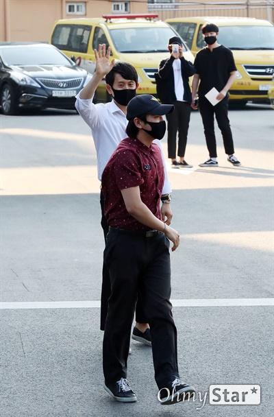 장근석, 아쉬운 헤어짐 배우 장근석이 29일 오후 서울 중구 서울소방재난본부에서 소집해제된 뒤 상급자와 인사를 나누고 있다.