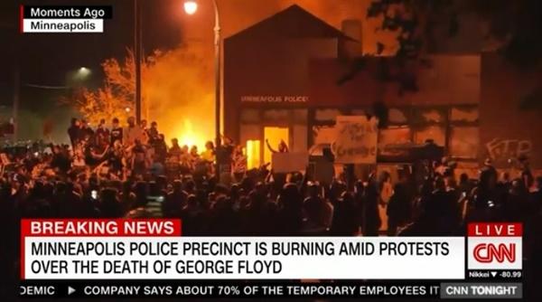 미국 흑인 남성 조지 플로이드 사망 항의 시위에서 발생한 폭력 사태를 보도하는 CNN 뉴스 갈무리.
