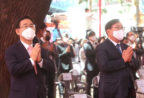 30일 종로구 조계사에서 열린 부처님오신날 법요식에서 더불어민주당 김태년 원내대표(오른쪽)와 미래통합당 주호영 원내대표가 나란히 합장하고 있다.