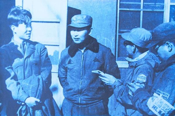 다부동 전투에서 승리하고 서울로 입성하여 기자회견을 하고 있는 백선엽 당시 1사단장.