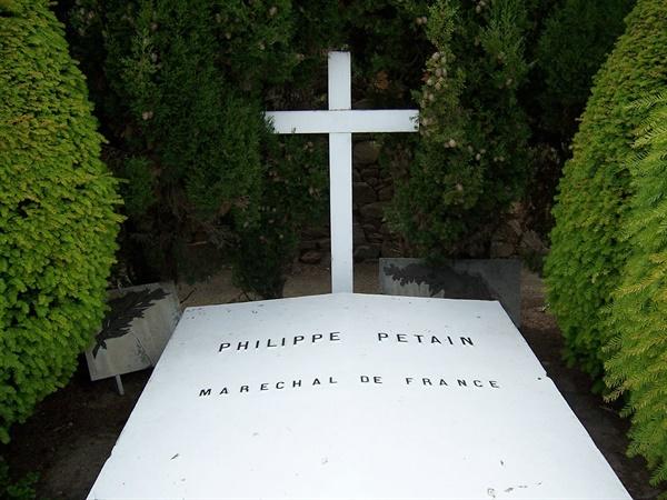 페텡은 대서양 연안의 되섬의 요새 감옥 독방에서 복역하다가 사망했고, 거기 묻혔다.