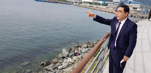 마산만을 둘러보고 있는 허성무 창원시장.