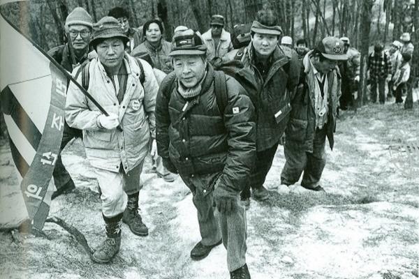 민주산악회 회원들이 산을 오르고 있다.