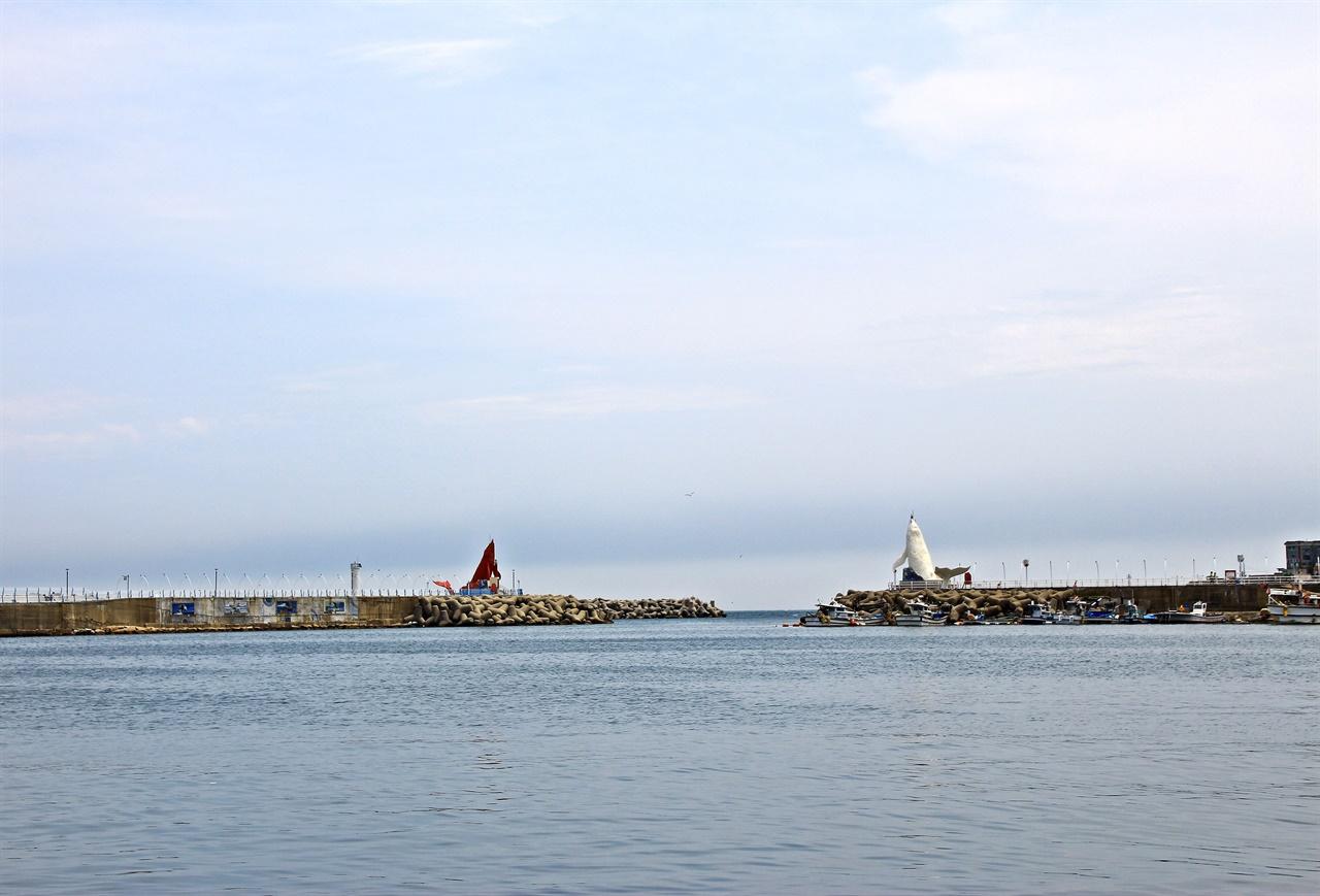 지난 24일 일요일 구름이 잔뜩 낀 울산 정자 앞바다 귀신고래 등대 모습