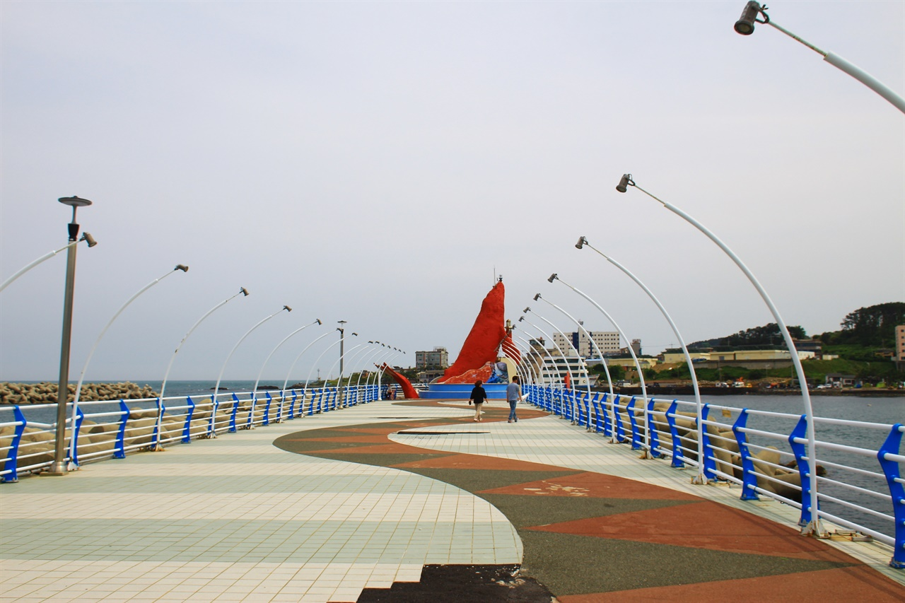 울산 정자항 북방파제에 세워져 있는 붉은색 귀신고래 등대 모습