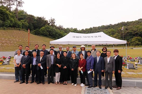 광주민주화운동에 일생을 바쳐 일하다 2018년 5월 30일 지병으로 세상을 떠난 박선정 2주기 추도식에 모인 지인들이 기념촬영했다. 장소는 5.18 국립묘지 제2묘역이다.