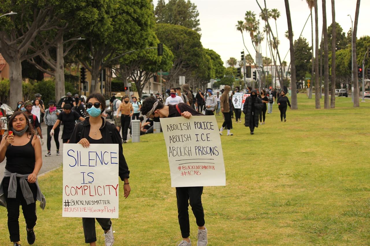 베버리힐스 근처에서 평화행진 중인 시위대