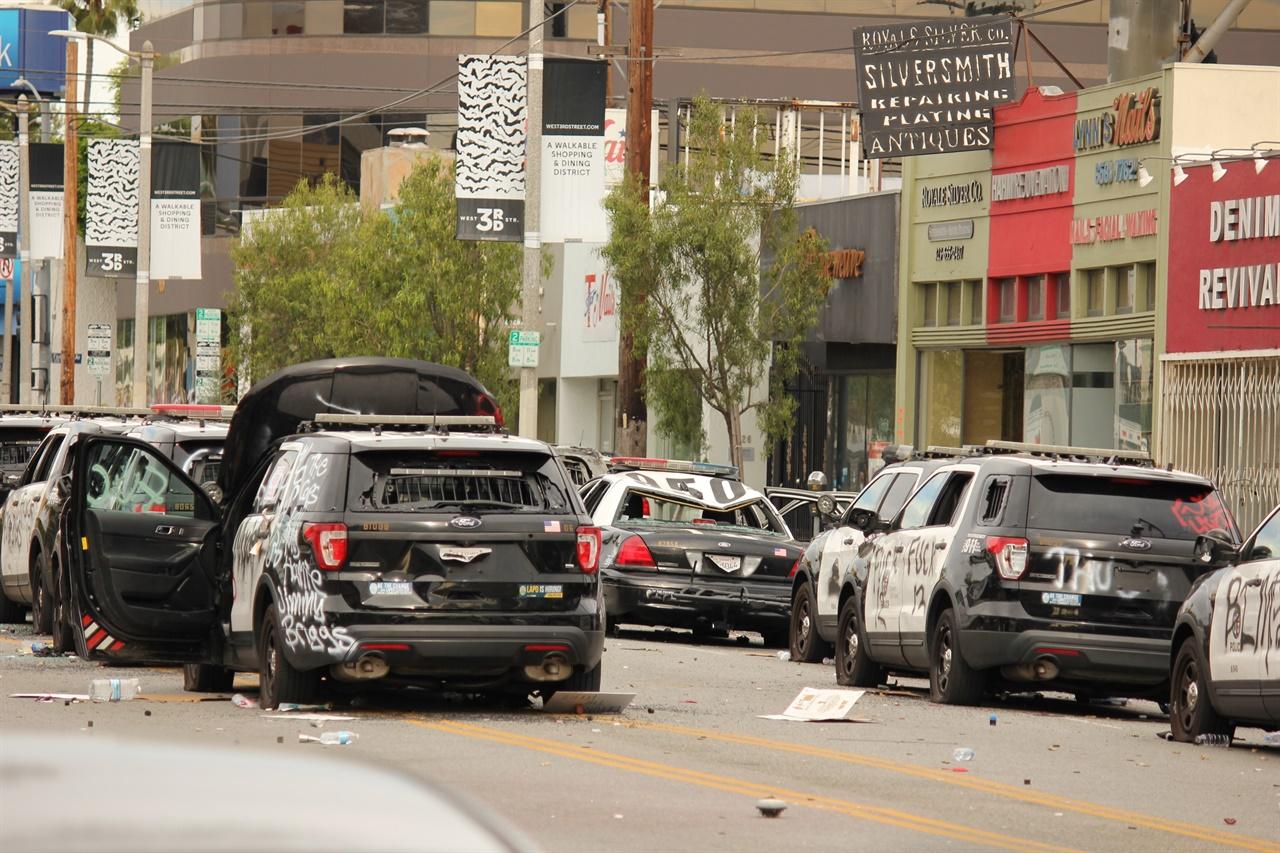 시위대가 파괴한 경찰차가 여러대 보인다.
